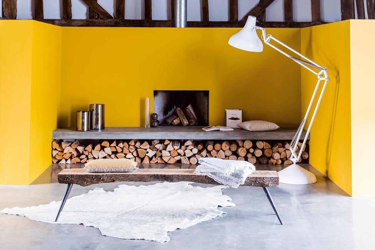 gul vägg ved i bänk