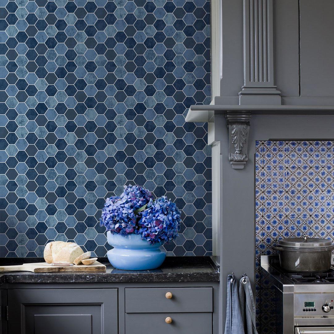 Et kjøkken med blå våtromstapet på veggen