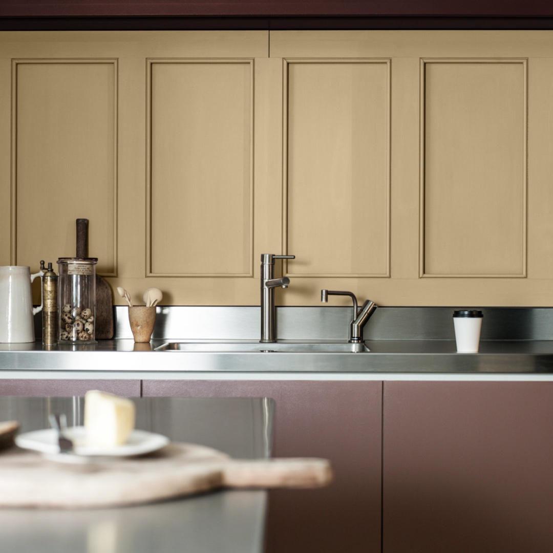 Kjøkken malt med klassisk gulbeige og nordisk mørkbrun