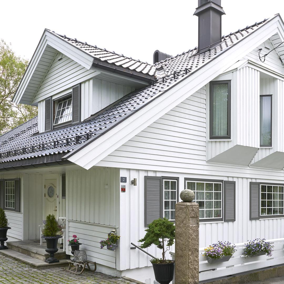Klassisk hus malt i hvit