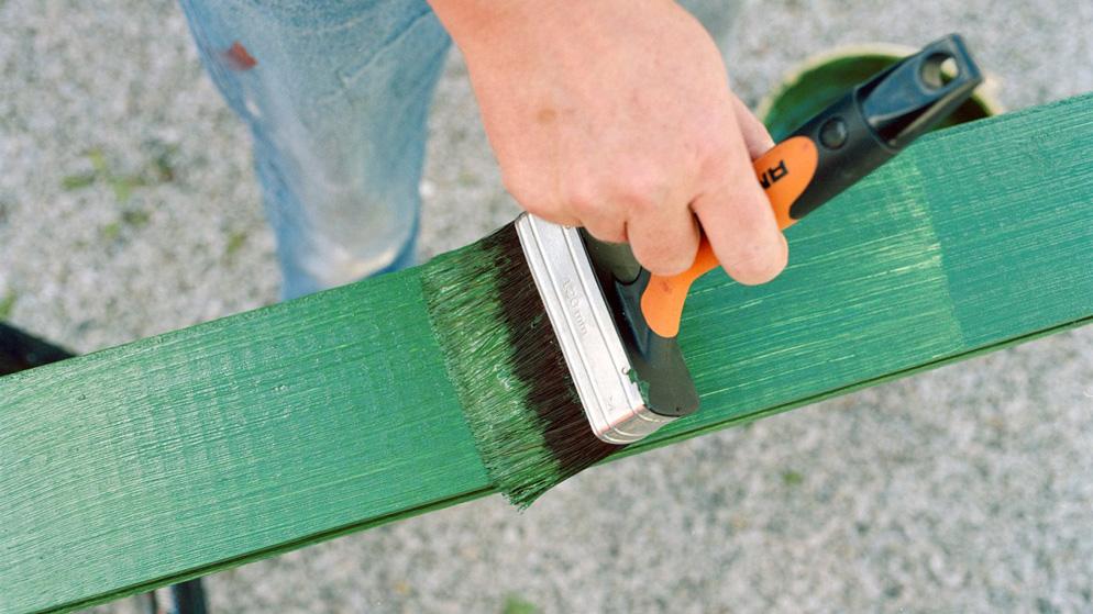 Nærbilde av hagemøbel som blir malt grønt