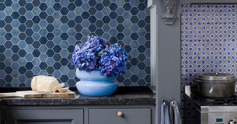 kjøkken med blå hexagon tapet på veggen