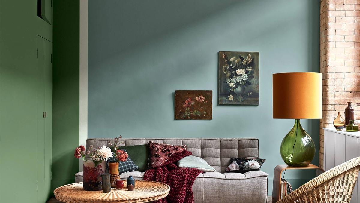 stue med vegger mal i to uliek grønnfarger og en blåfarge